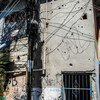 La fachada de un edificio tiroteado repetidas veces con un grafiti con la palabra paz.