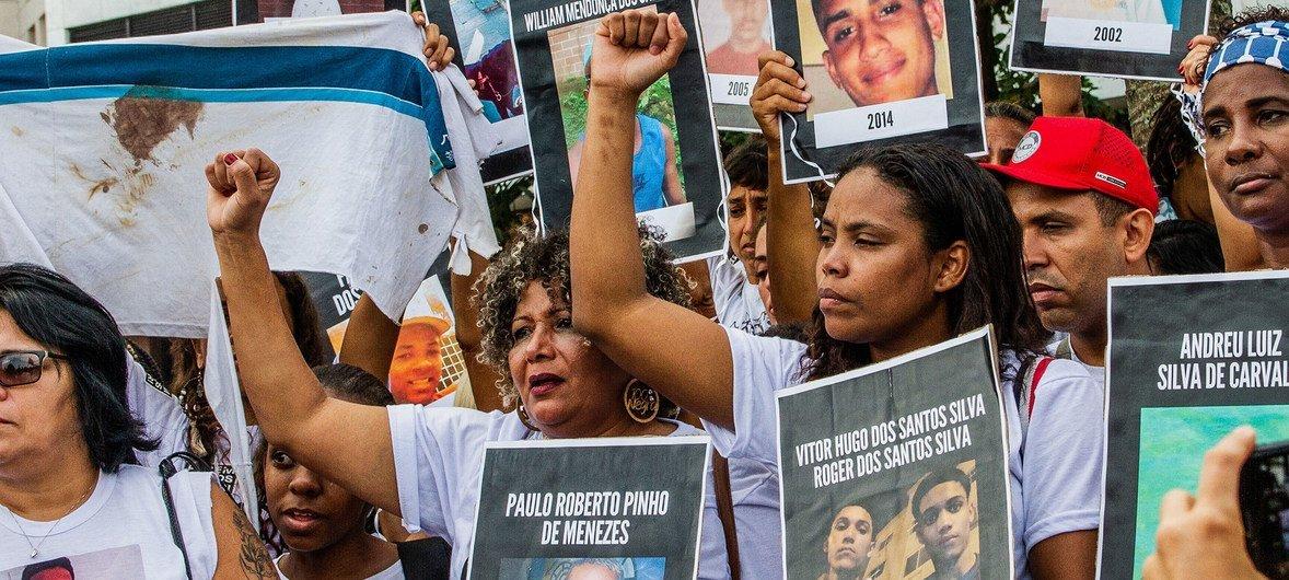 पुलिस अभियानों में मारे गए अपने बच्चों की याद में कुछ माताएँअपनी आवाज़ बुलन्द करते हुए.