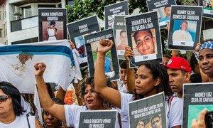 Mães protestam pela morte de seus filhos em operações policiais.