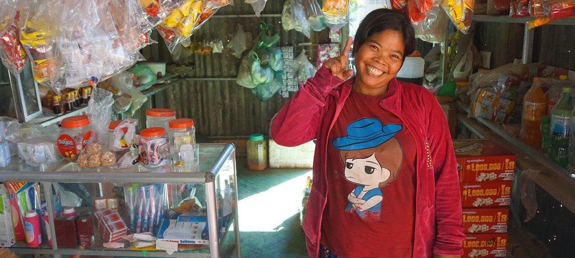 कंबोडिया में एक महिला स्वरोज़गार-कारोबार करते हुए