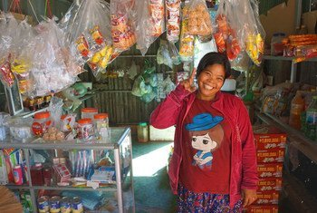 柬埔寨一位得到妇女生计债券支持的妇女。