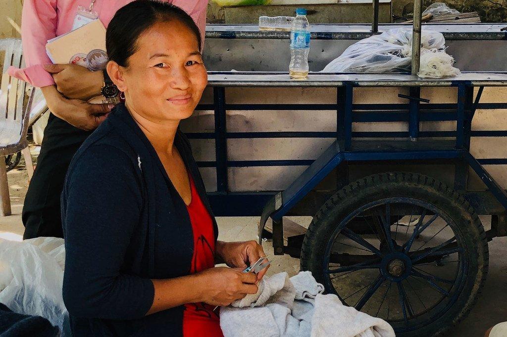 Sokkheng, qui gère un magasin de village au Cambodge, est soutenu par le WLB1 de IIX (un programme soutenant les moyens d'existence des femmes).