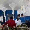 Muuguzi akizungumza na mwanamke anayepata huduma ya mionzi katika Hospitali ya Burera nchini Rwanda