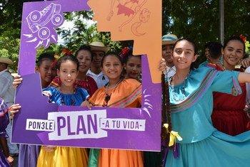 Jovens participam do lançamento da campanha 'Planeje sua vida' em Honduras.