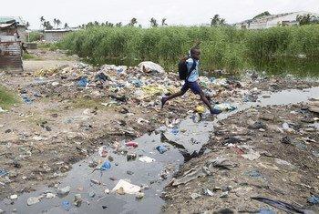 Em Moçambique, na Beira, algumas estradas inundaram após chuvas no bairro de Praia Nova, em 26 de fevereiro de 2020.