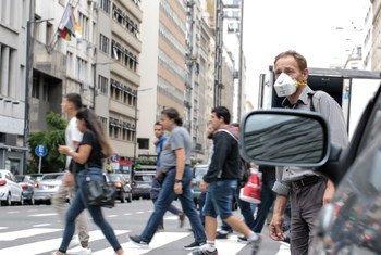 Estrada quase deserta em Buenos Aires devido ao coronavírus.