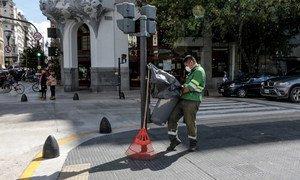 Un trabajador de la limpieza en las calles de Buenos Aires, Argentina, durante la pandemia del coronavirus COVID-19