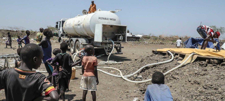 يتم توفير المياه للمجتمعات النازحة بسبب القتال القبلي في بيبور، جنوب السودان.