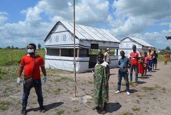 Moçambique: beneficiários da assistência alimentar são divididos em grupos menores e solicitados a ficar a 1,5 metros de distância.