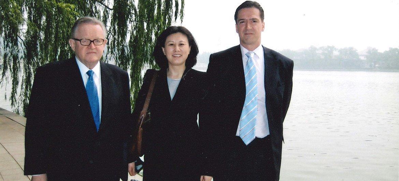 2006年, 姜华在中南海向中方外交人员通报科索沃地位谈判进程 ,左为前芬兰总统阿赫蒂萨里。