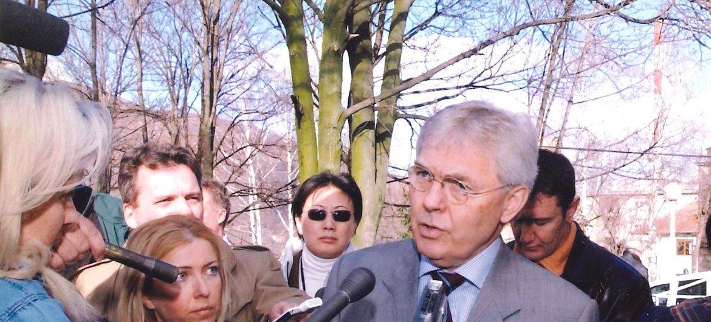 2005年,姜华(后排中)陪同秘书长在科索沃特别代表答记者问。