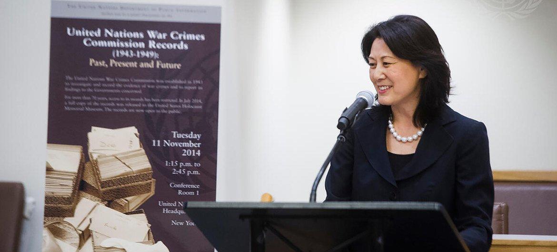 时任联合国全球传播部代理负责人的姜华在主持一个研讨会。