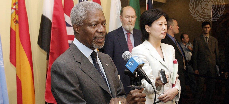 姜华与前联合国秘书长安南在就利比里亚局势举行的记者会上。