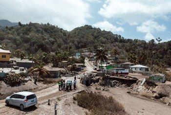 Une vue aérienne dans la zone rouge touchée par l'éruption du volcan La Soufrière à Saint-Vincent-et-les Grenadines.