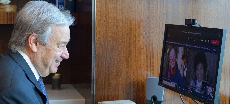 El Secretario General de la ONU, António Guterres, mantiene una conversación virtual sobre acción climática con las activistas juveniles Paloma Costa de Brasil (a la izquierda en la pantalla de la computadora) y Marie Christina Kolo de Madagascar.
