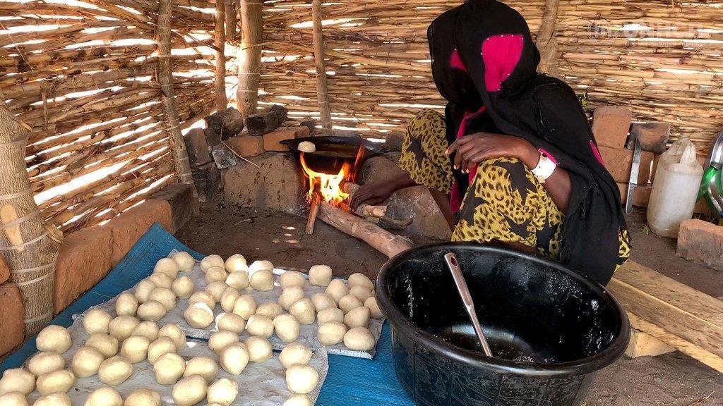 Mwanamke aanza maisha mapya katika kambi ya Doholo nchini Chad baada ya kukimbia mapigano nchini CAR.