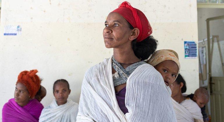 نازحون ينتظرون فحوصات التغذية في مركز صحي في تيغراي.