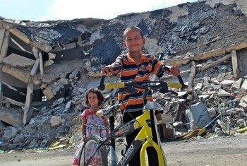 أطفال يلعبون بالقرب من أنقاض باب العزيزية في طرابلس, ليبيا - من الأرشيف.