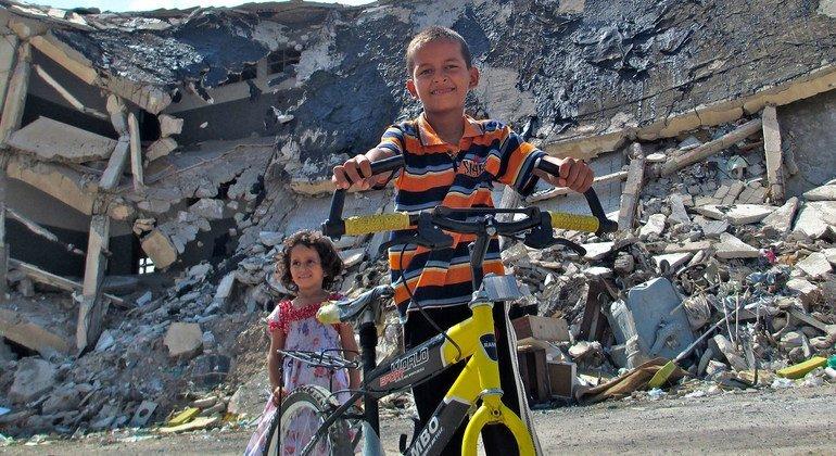 من الأرشيف: أطفال يلعبون بالقرب من أنقاض باب العزيزية في طرابلس, ليبيا.