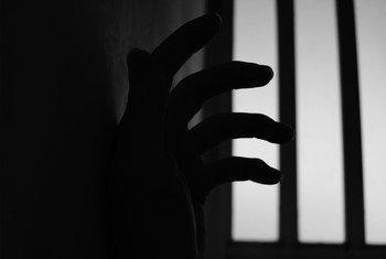 国际人权义务要求保护囚犯的人身安全、生命和尊严。