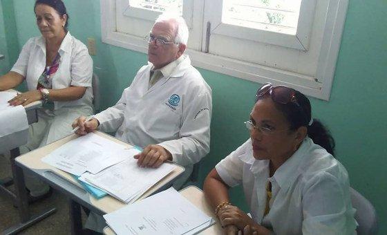 El doctor José Ramón Acosta con dos colegas en la evaluación del curso electivo Bioética Médica. La Habana, 2018