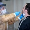 أحد العاملين الصحيين يجمع عينات في أحد المرافق في إسطنبول بتركيا