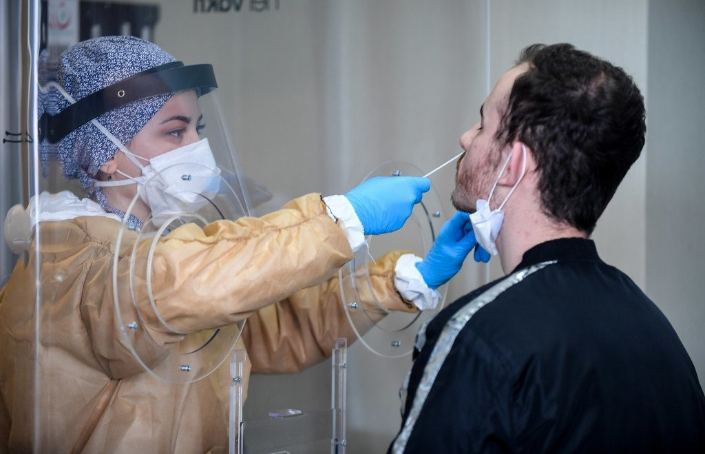 土耳其伊斯坦堡布尤克切克梅克斯区米玛·希南州立医院,一名医护人员在检测机构收集冠状病毒样本。