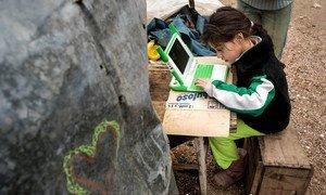 طفلة في مونتفيدو، الأورغواي تدرس في منزلها.