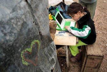 Una niña estudiando con una computadora portátil proporcionada por la Fundación OLPC (una computadora portátil por niño). Montevideo, Uruguay
