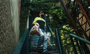在2019冠状病毒大流行期间,食品包被运送到委内瑞拉的弱势社区。