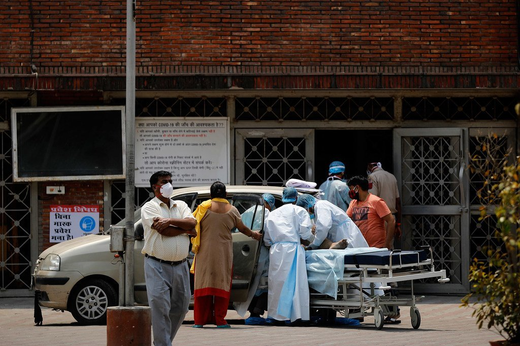 Un patient arrive à l'hôpital Lok Nayak Jai Prakash de New Delhi au milieu de la deuxième vague de l'épidémie de Covid-19 en Inde.
