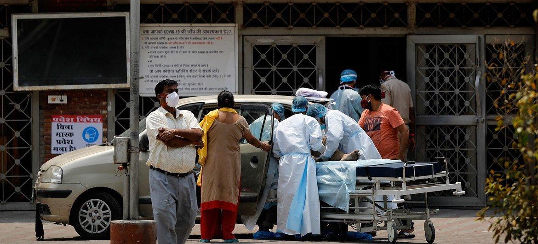 Um paciente chega ao hospital Lok Nayak Jai Prakash, em Nova Delhi, em meio à segunda onda do surto da Covid-19 na Índia