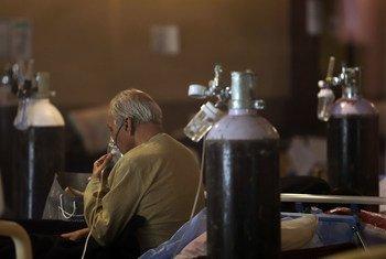Un patient reçoit un traitement à l'oxygène dans une salle de banquet, temporairement convertie en service d'urgence pour la Covid-19 à New Delhi, en Inde.