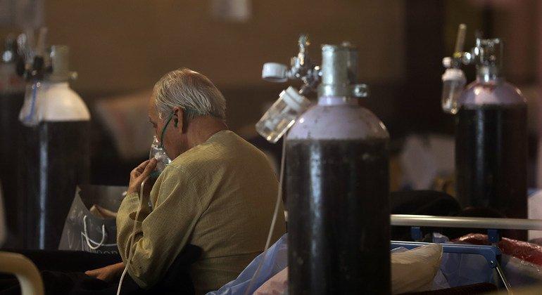 Пациент получает кислородную терапию в отделении неотложной помощи COVID-19 в Нью-Дели, Индия.