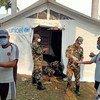 联合国儿童基金会的工作人员和尼泊尔军队在尼泊尔中西部的一家医院内支起了一个医疗帐篷。