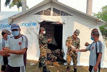 यूनीसेफ़ स्टाफ़ और नेपाल की सेना ने एक अस्पताल के बाहर चिकित्सा टैण्ट स्थापित किया है.