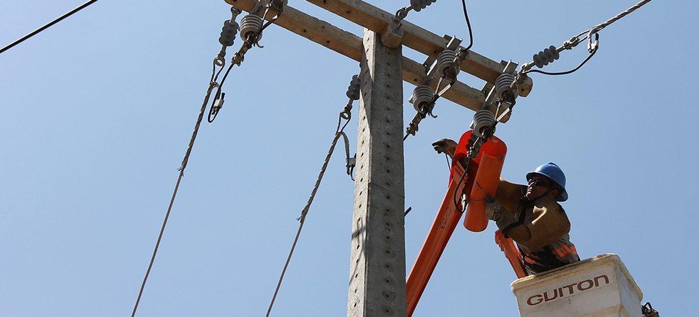 Un operario trabaja en el tendido eléctrico de Brasil.