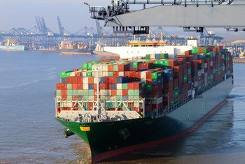 बंदरगाह पर एक कंटेनर जहाज़ से सामान उतारा जा रहा है.