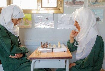 فتاتان تلعبان الشطرنج في مدرسة في صنعاء باليمن.
