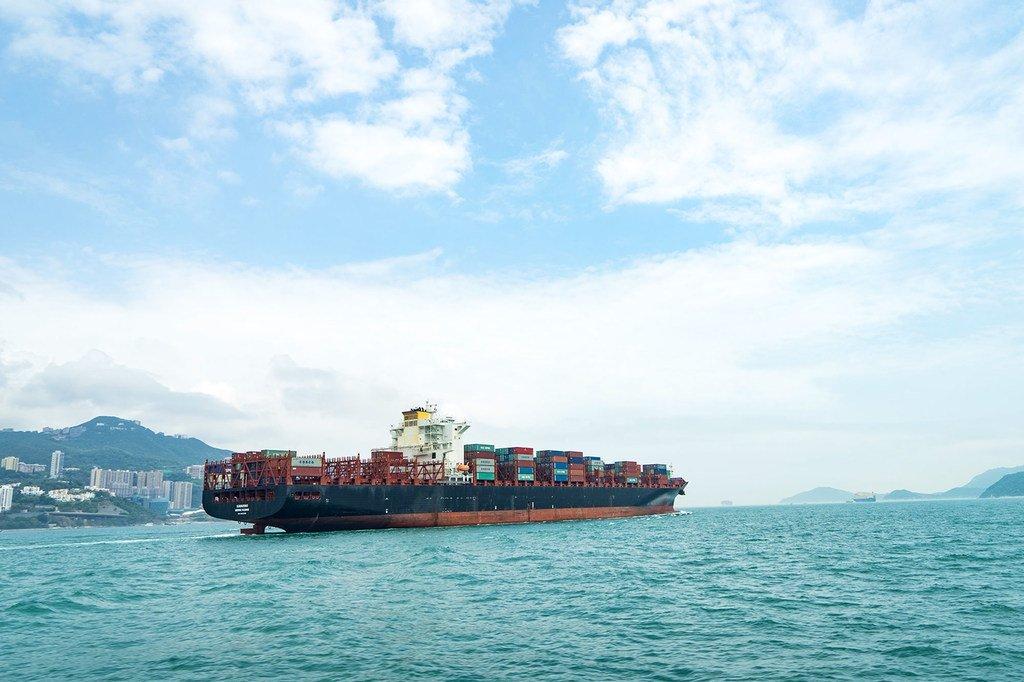 Un bateau porte-conteneurs approche le port d'Hong Kong