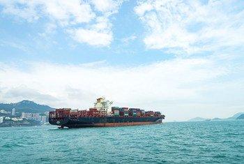 हॉंगकॉंग के पास एक कंटेनर जहाज़.