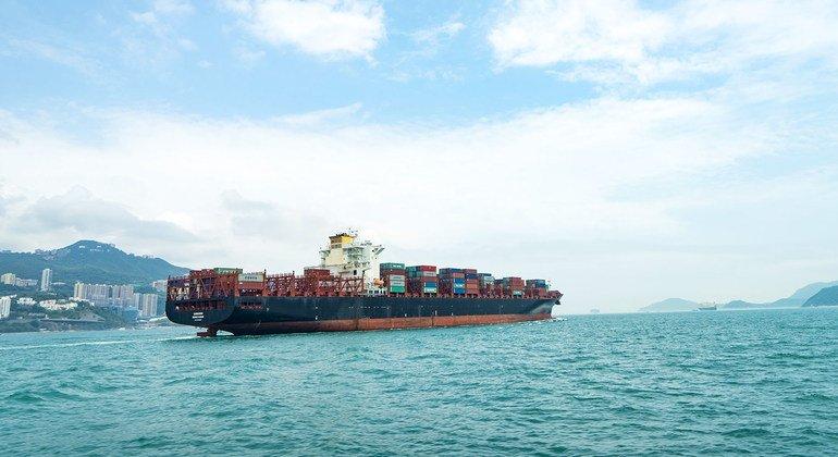 一艘转载集装箱的船舶在香港岛附近航行。
