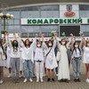 बेलारूस में विवादास्पद चुनाव नतीजों के ख़िलाफ़ प्रदर्शन करती महिलाएँ.
