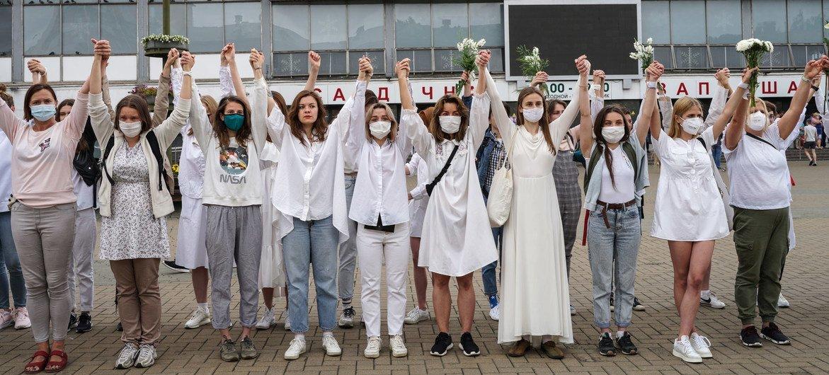 Женщины, участвующие в протестах в Беларуси, проявляют удивительное мужество и силу духа, считают эксперты ООН.