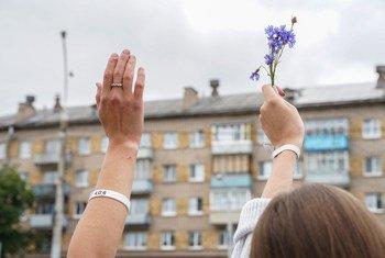رفع زهرة خلال مظاهرات سلمية في بيلاروس.