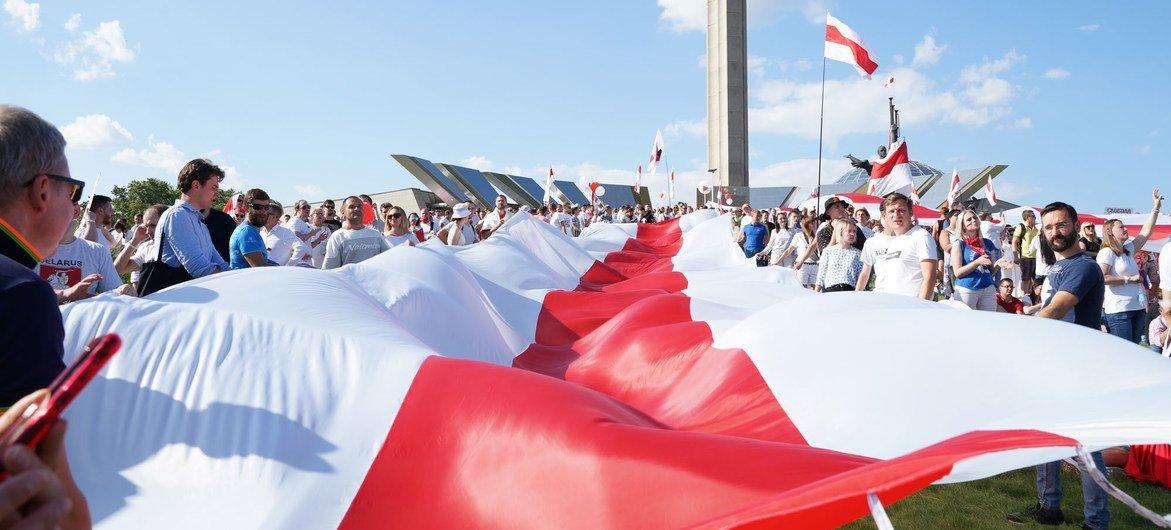 बेलारूस में लोकतन्त्र के समर्थन में ध्वज फ़हराते हुए प्रदर्शनकारी
