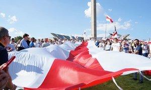 示威者在白俄罗斯展开支持民主的旗帜