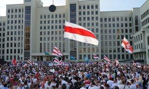 De grandes foules ont manifesté leur colère face aux résultats de l'élection présidentielle au Bélarus.