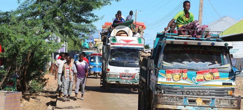 تتواصل معاناة الصومال المزمنة بسبب الأزمة الإنسانية مع تكرار الفيضانات والجفاف وتفاقمها أزمة الجراد الصحراوي وكوفيد-19.