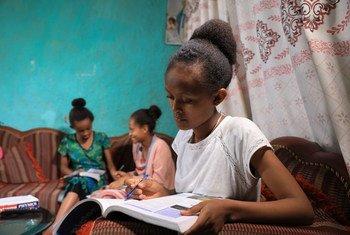 Une jeune Ethiopienne étudie à la maison à cause de la pandémie de Covid-19.